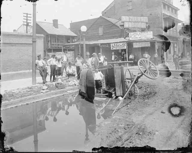 Esplanade Avenue wagon accident, George François Mugnier, ca.1920. Louisiana State Museum 09813.0020.